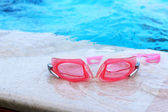 Swimming goggles beside the pool. — Foto de Stock
