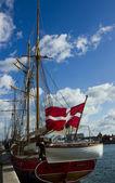 Jacht met deense vlag — Stockfoto