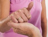 Man kneeling asks girlfriend to marry — Stock Photo