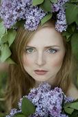ライラック色の花を持つ少女 — ストック写真
