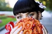 Vackra brud, hålla orange blommor — Stockfoto