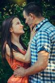 Para zakochanych przytulanie — Zdjęcie stockowe