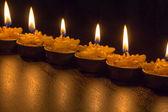 Luz de la vela con la reflexión de fondo negro — Foto de Stock