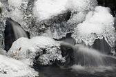 Grafisk spets detalj av is i flödande vatten — Stockfoto