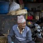 Old nepali man selling in Kathmandu market — Stock fotografie