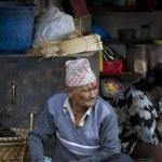 Old nepali man selling in Kathmandu market — Zdjęcie stockowe