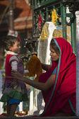 Nepal mulher cuidando de seu filho — Foto Stock