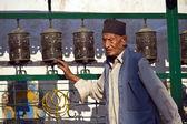 Old nepali man in Soyambunath buddhist temple — Stock Photo