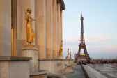 Paris, Sculptures on Trocadero with Eiffel Tower view, France, E — Stock Photo