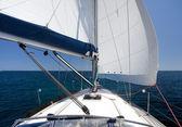 青い海と青い空に戻る風にセーリング ヨット — ストック写真