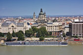 Chain bridge and the St.Stepen's Bastilica in the Pest part of the city of Budapest — Stock Photo