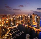 Una vista del puerto deportivo de dubái, al atardecer, también mostrando jbh — Foto de Stock