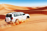 4x4 dune bashing is a popular sport of the Arabian desert — Stockfoto