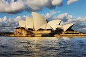Sydney opera house z sydney harbour prom — Zdjęcie stockowe