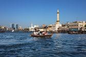 Vistas de dubái con taxi barco tradicional, emiratos árabes unidos — Foto de Stock