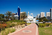 Mosque contrasts with the contemporary architecture of Abu Dhabi — Stock Photo
