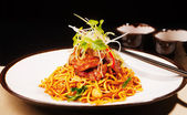 Wok fried Szechwan chicken on a bed of noodles — Stock Photo