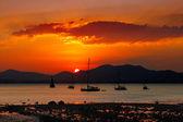 Západ slunce v phuket, thajsko velmi oblíbenou turistickou destinací — Stock fotografie