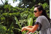 Mladá žena v sluneční brýle stojí na balkóně — Stock fotografie
