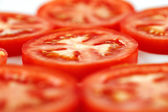 Quelques tranches de tomates de vigne bio tournés — Photo
