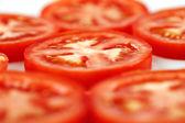 Unas rodajas de tomates orgánicos vid tiro — Foto de Stock