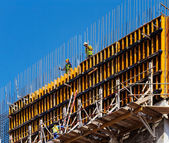 Builders are preparing the reinforced concrete shuttering — Stock Photo