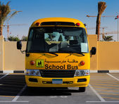 A front on view of a yellow Arabic school bus — Foto de Stock