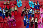 Meerdere rijen kleurrijke etnische turkse schoenen — Stockfoto