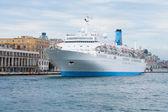Luxury cruise ship in port — Стоковое фото