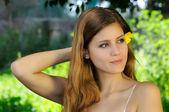Sguardo sereno di una bella ragazza — Stock Photo