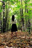 Femme dans une forêt — Photo