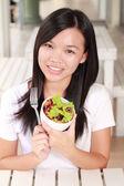 Lady yemek sebze salatası üzerine restoran — Stok fotoğraf