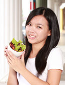 Dame tenue bol avec salade fraîche — Photo