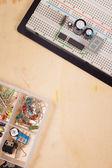 分離の木製の背景にブレッド ボード上の電気回路 — ストック写真