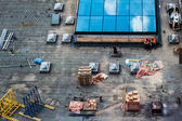 Construction site, roof with two workmen and building material — Stock Photo