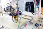 Elektronische drei dimensionale kunststoff drucker während der arbeit in scho — Stockfoto