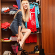 Stockfoto: Putting her shoes on