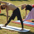 yoga all'aria aperta praticando — Foto Stock