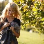 wesoła dziewczyna w parku — Zdjęcie stockowe