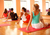 Praktikování jógy — Stock fotografie