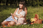 Att ha kul på picknick — Stockfoto