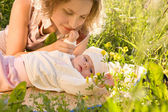 母親と赤ちゃんは草の中. — ストック写真