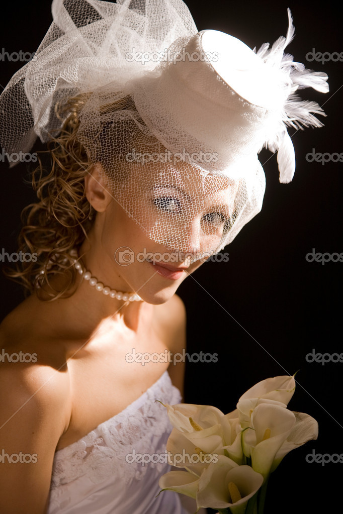 Portrait of a  bride,dressed in retro style with bouquet made of calla Lily ,on the black background — Stock Photo #14176547