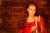 νεαρό κορίτσι κοντά το τοίχο από τούβλα — Φωτογραφία Αρχείου