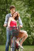 молодая пара, весело в парке — Стоковое фото