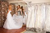 Zkouším na svatební šaty — Stock fotografie