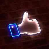在霓虹灯中竖起大拇指 — 图库照片