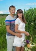 Jonge liefdevol paar omhelzen elkaar op het gebied — Stockfoto