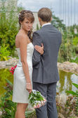 The couple in the garden. bride looks in the picture — Foto de Stock