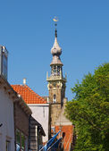 Stara wieża dzwonu i ulicy w veere — Zdjęcie stockowe